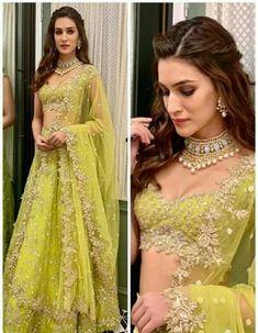 for indian wedding on lehenga Engagement Hairstyles, Indian Wedding Hairstyles, Indian Bridal Outfits, Indian Designer Outfits, Bridal Dresses, Indian Wedding Party Dresses, Designer Bridal Lehenga, Wedding Lehenga Designs, Dress Indian Style