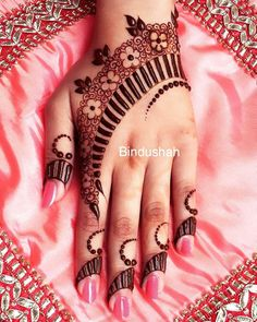 unique layout // by @bindushah_mehndi . . #henna #mehndi #whitehenna #wakeupandmakeup #zentangle #boho #monakattan #flowers #hennadesign #tattoo #girlyhenna #art #inspo #hennainspo #hennaart #photooftheday #mendhi #hennaartist #hennatattoo #naturalhenna #bridalhenna #7enna #doodle #art #mandala #beauty #love #feather