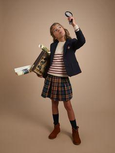 Libre interprétation du Kilt, modernisée par un jeu plis et de smocks, notre jupe en lainage réchauffe l'hiver et donne un look scottish à nos petites écolières. Mixez les codes en la portant avec des chaussettes hautes et des baskets pour une silhouette pile dans les tendances. 70% viscose, 30% laine.