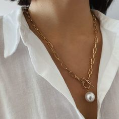 The Pearl Chain is a necklace made of a beautiful white pearl , with a very minimal and elegant style. A very versatile necklace with a chain with a lot of personality which will give the touch to all your looks. It is a MUST for your collection. Cheap Pearl Necklace, Long Chain Necklace, Pearl Pendant Necklace, Pearl Necklace Outfit, Pearl Necklaces, Pearl Bracelets, Pearl Rings, Chain Necklaces, Fashion Jewelry Necklaces