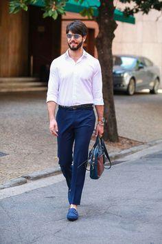 Look masculino com as cores azul e branca. Básico e chique!