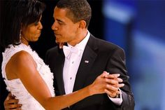 President Barack Obama and first lady Michelle Obama shared lots of sweet moments over the years. Here's a look at some of the most romantic photos taken since they entered the White House. Michelle Und Barack Obama, Barack Obama Family, Bo Obama, First Black President, Mr President, Lincoln President, Faith In Love, Joe Biden, Tango