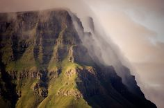 green cliffs faroe islands / jan erik waider