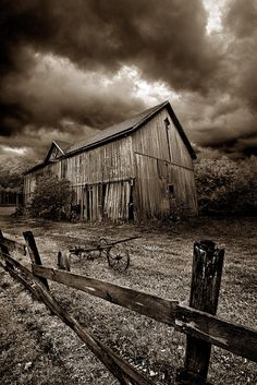 I took some photos of an old barn the other day.They turn out really good I need to take some of dads old barn to have. Old Buildings, Abandoned Buildings, Abandoned Places, Abandoned Castles, Abandoned Mansions, Farming Simulator, Westerns, American Barn, Barn Pictures