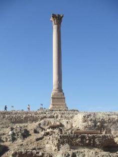 La columna pompeo y la esfinje de Alejandria y las ruinas del templo ptolomeo de Serapis