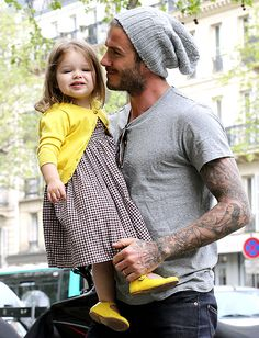 David & Victoria Beckham: Shopping Fun with Harper!: Photo David Beckham holds onto his adorable daughter Harper as he goes out shopping on Friday (May in Paris, France. Moda David Beckham, David Y Victoria Beckham, David Beckham Style, Victoria And David, Harper Beckham, Mom Pictures, Celebrity Moms, Glamour, Celebs