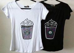 Camiseta feminina com estilo Starbucks.