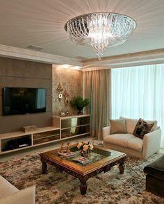 Foto: Reprodução / Officio e Arte Classic Living Room, Living Room Tv, Classic House, Painel Tv Sala Grande, Homer Decor, Tv Wanddekor, Luxe Decor, Tv Wall Decor, Small Room Decor