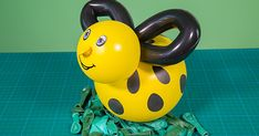 Hoje você vai aprender a fazer uma meiga abelhinha com balões, ideal para ser usada na decoração de festas infantis. Vamos lá?