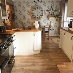 Cleaned out everything today xxxx with help from hubby English Kitchens, Country Kitchens, Shaker Style Kitchens, Interior Architecture, Interior Design, Home Decor Inspiration, Decor Ideas, Farmhouse Decor, Farmhouse Style