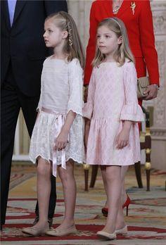 Las Infantas Leonor y Sofía con vestidos en blanco y rosa de Nanos