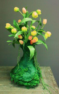 Sia School: jugando con tulipanes.....elegir como jarrón un recipiente en forma de bulbo es la clave