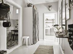 szafa z zasłoną w małym przedpokoju w stylu skandynawskim