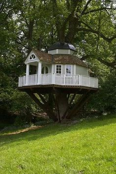 How To Build A Treehouse ? This Tree House Design Ideas For Adult and Kids, Simple and easy. can also be used as a place (to live in), Amazing Tiny treehouse kids, Architecture Modern Luxury treehouse interior cozy Backyard Small treehouse masters Future House, Tree House Designs, In The Tree, 10 Tree, Home Fashion, Little Houses, Play Houses, Dog Houses, Dream Houses