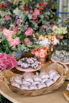 Micro wedding intimista numa tarde adorável e romântica em Itu – Andressa Table Decorations, Furniture, Home Decor, Candy Table, Romanticism, Decoration Home, Room Decor, Home Furnishings, Home Interior Design