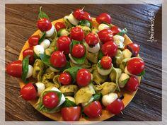 Ob zum Grillen, beim Picknick oder als Fingerfood zum Fernsehen – diese hübschen Tortellini-Spiesse mit Tomate und Mozzarella sind einfach zum Anbeiße