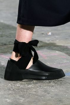 Vintage Shoes 33 Fall Shoe Trends for 2018 - Best Boots From New York Fashion Week - Take your footwear game to a whole new level. Comfy Shoes, Cute Shoes, Comfortable Shoes, Trendy Shoes, Shoes 2018, Latest Shoe Trends, Fall Shoes, Winter Shoes, Cool Boots