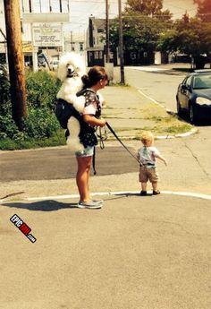 Несмотря на то, возможно, думает, что ее собака, эта дама делает воспитания неправильно.