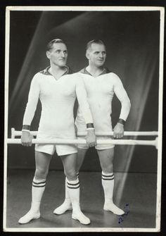 Circus: Equilibrists From New York Public Library Digital Collections. Vintage Twins, Vintage Circus, Twin Girls, Twin Sisters, Old Photos, Vintage Photos, Gym Club, Identical Twins, Big Naturals