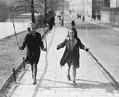 www.kommee.com | Buitenspelen | Touwtje springen Old Photos, Vintage Photos, Street Game, Retro Kids, Cottage Art, Calendar Girls, Those Were The Days, Long Time Ago, Sweet Memories