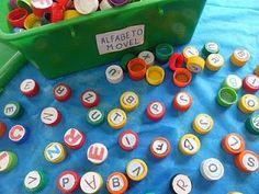 Alfabeto móvel com tampinhas de garrafa