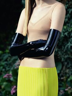 in senso latex: sofia fisher by timur celikdag for vanity fair italia april 2014 Gloves Fashion, Knitwear Fashion, Latex Fashion, Knit Fashion, Fashion Goth, Long Gloves, Black Gloves, Vanity Fair Italia, Vogue