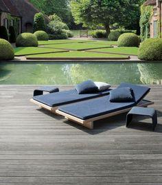 entourage piscine à motifs géométriques, une piscine rectangulaire aux abords en bois