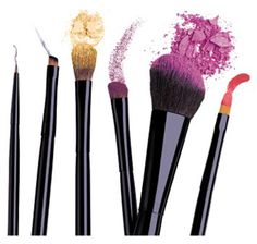 *TODO SOBRE LAS BROCHAS* En el mundo del maquillaje existen muchos tipos de pinceles, aquí aprenderemos cuales son las funciones de cada uno de ellos.  1: Base: Síntetica, así no absorbe el maquillaje, se aplica mediante golpecitos y deslizando suavemente el producto. También es muy buena la brocha mofeta.  2: Corrector: Sintética (pero muy suaves) es mejor aplicarlo con el pincel que con los dedos. + info en el blog.