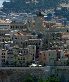 Cagliari - Cathédrale//La Cathédrale Sainte-Marie est une église de la ville de Cagliari, sur l'île italienne de Sardaigne. Elle a été construite au XIIIᵉ siècle dans le style romano-pisan et a obtenu le statut de cathédrale en 1258. Wikipédia