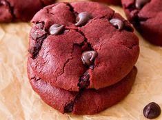 Ces biscuits Red Velvet aux pépites de chocolat sont vraiment faciles à faire. En plus, ils sont super moelleux et se conservent bien :) Cupcake Cakes, Cupcakes, Red Velvet Cookies, Vinaigrette, Raisin, Biscotti, Deserts, Chocolate, Food