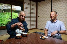 Munkki kaatoi isosta posliinipannusta vihreää teetä moneen kuppiin. Englannintaitoinen opas istahti tulkkaamaan. Oli jutustelun aika. Häkellyin toviksi. Mitä munkkien kanssa puhellaan?