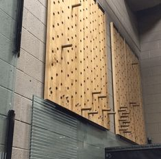 The climbing pegboard has become popular ever since introduced by Dave Castro at the CrossFit Games. Although they aren't too expensive to buy, they're even cheaper to make. Here's how to make your own DIY Climbing Pegboard. Dream Home Gym, Diy Home Gym, Gym Room At Home, Home Gym Equipment, No Equipment Workout, Wrestling Workout, Warehouse Gym, Sport Studio, Backyard Gym