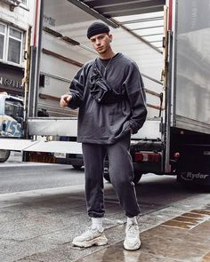 The latest men's fashion including the best basics, classics, stylish eveningwear and casual street style looks. Men Looks, Mode Outfits, Trendy Outfits, Fresh Outfits, Urban Outfits, Men Street, Street Wear, Fashion 2020, Mens Fashion