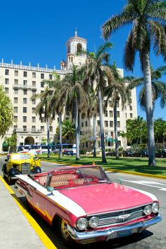 Hotel Nacional - Havana, Cuba (classic cars classic pink and white early Chevrolet convertible Great Places, Places To See, Cuban Cars, Porto Rico, Auto Retro, Cienfuegos, Vinales, Roadster, Pretty Cars
