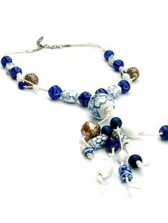 Necklace ceramic beads. Handcrafted jewellery with Delft blue and white ceramic beads door PerElle