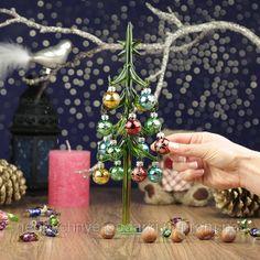 Елка из цветного стекла. Ее лапы отражают лучи даже от слабого источника света. Стеклянное дерево, словно леденец, сверкает своими зелеными ветвями. Рождественское деревце можно самостоятельно украсить специальными подвесками. 16 настоящих стеклянных шариков свисают с каждой веточки и создают великолепный декоративный эффект. Развешивая украшения, вы получите кучу рождественского удовольствие.