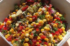 Voor een grote kom heerlijke maïs salade heb je het volgende nodig: -       200 gram biologische maïs -       een rode paprika -       peterselie, hoeveel je wilt -       ½ avocado -       ½ ui -       twee theelepels kapucijners -       twee tomaten -       ½ komkommer -       drie theelepels zonebloempitten -       een theelepel extra virgin olijf olie -       een theelepel appel azijn -       een snufje Keltisch zeezout