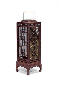 목제좌등 木製坐燈 조선후기 호두나무 22.5×22.5×66(h)cm <목제좌등(木製坐燈)>은 골재를 가늘게 제작하여 빛의 발산을 도왔으며, 정교한 조각솜씨가 돋보이는 작품이다. 좌등의 전면에는 '아(亞)'자형 문살을, 뒷면에는 기하문을 장식했으며, 창호 주변의 테두리에는 긴 여백을 두어 가느다란 당초문을 투각으로 장식했다. 상단의 머름칸에는 안상문 속에 당초문을 투각했으며, 천판은 당초문과 팔괘문(八卦文) 그리고 중심에는 만자문(卍字文)을 투각했다. 안쪽은 넓게 조각하였으나 바깥쪽은 가늘게 보이도록 조각하여 작품의 미적인 효과를 더했으며, 작품제작에 많은 공을 들였음을 알 수 있다. 좌등의 구조를 살펴보면 전면과 뒷면의 창은 여닫이로 제작되었고, 양측면은 들창으로 제작되었다. 상단은 넓은 창을 위해 가는 선을 사용했으나 하단의 받침대는 투각 없이 넓은판을 대어 상단을 안전하게 받쳐주는 역할을 하고 있다. 내부에는 목판형의 불판이 내장되어 있으며 호두나무로 제작되었다.