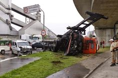 Carreta invade pista contrária e bate em dois carros na Avenida Perimetral, em Santos