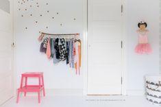 Meisjes-peuterkamer-idee #kledinghaak | Dailyapple via Kinderkamerstylist.nl