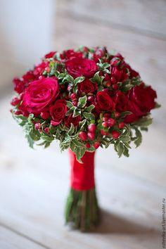 Купить или заказать Красный свадебный букет в интернет-магазине на Ярмарке Мастеров. Букет невесты из роз глубокого, насыщенно-красного цвета, винных альстромерий, ягод гиперикума и декоративной зелени. Станет ярким и выразительным акцентов в праздничном образе невесты, желающей подчеркнуть свою индивидуальность, сохранив при этом сдержанность и благородство классического свадебного стиля. Prom Bouquet, Red Bouquet Wedding, Red Wedding Flowers, Hand Bouquet, Bride Bouquets, Bridal Flowers, Floral Bouquets, Floral Wedding, Christmas Flower Arrangements
