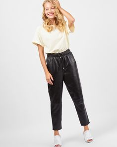 Черные кожаные брюки с карманами, резинкой и шнурком на талии. Вы можете регулировать размер и посадку, затягивая шнурок. Выполнены из натуральной овечьей кожи, тонкой и мягкой. Образ с брюками отлично дополнит базовая футболка или кашемировый свитер. Сделано в Китае