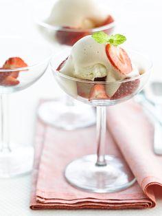 Aardbeien met sabayon van frambozenbier http://njam.tv/recepten/aardbeien-met-sabayon-van-frambozenbier