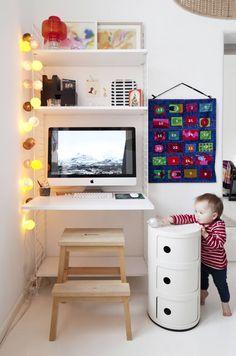 String-hylly muodostaa näppärän työpisteen keittiön nurkkaukseen. Ylimmällä hyllyllä ovat vierekkäin Irinan lapsena tekemä vesivärityö ja Hugon taidonnäyte. Hillaa houkuttelevat joulukuusenkoristeet.