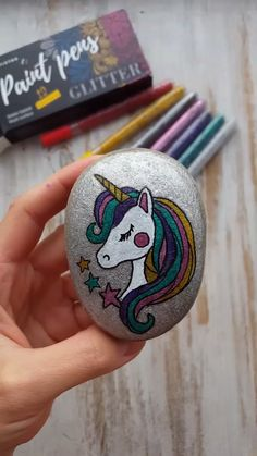 Painted Rock Animals, Painted Rocks Craft, Hand Painted Rocks, Painted Pebbles, Rock Painting Patterns, Rock Painting Ideas Easy, Rock Painting Designs, Glitter Paint Markers, Paint Marker Pen
