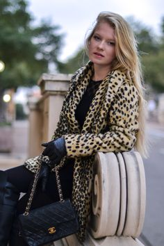 Leopard print coat and Chanel bag Leopard Jacket, Leopard Print Coat, Fall Winter Outfits, Winter Fashion, Chanel Classic Flap, Dress Codes, Vanity Fair, I Dress, Nice Dresses