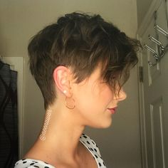 Pixie Short Hair cut 2018 Latest short haircuts for that will give you a stunning look. Pixie cuts, bob hairstyles, shaggy and edgy short haircut, textured bobs and more. Edgy Haircuts, Short Pixie Haircuts, Pixie Hairstyles, Hairstyles With Bangs, Cool Hairstyles, Wavy Pixie Haircut, Hairstyles 2018, Brown Pixie Hair, Pixie Haircut For Thick Hair