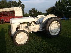 1940 Ford 9N Tractor Antique Tractors, Antique Cars, Tractor Farming, Ford Tractors, New Farm, Old Antiques, Old And New, Gears, Wheels