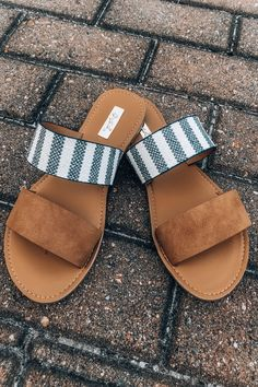 100 Trending Sandals For Your Summer Outfits. Womens chic street styles looks. 100 Trending Sandals For Your Summer Outfits Cute Shoes, Me Too Shoes, Cute Flats, Summer Flats, Shoes For Summer, Spring Sandals, Spring Shoes, Studded Heels, Crazy Shoes