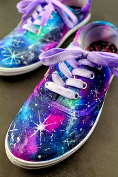 These DIY Sharpie Galaxy Shoes are a fun project you can make at home to create your own customised shoes with a look that is out of this world! DIY Sharpie G Sharpie Shoes, Sharpie Tie Dye, Custom Shoes, Customised Shoes, How To Dye Shoes, How To Paint Shoes, Diy Tie Dye Shoes, Tie Dye Crafts, Tape Crafts
